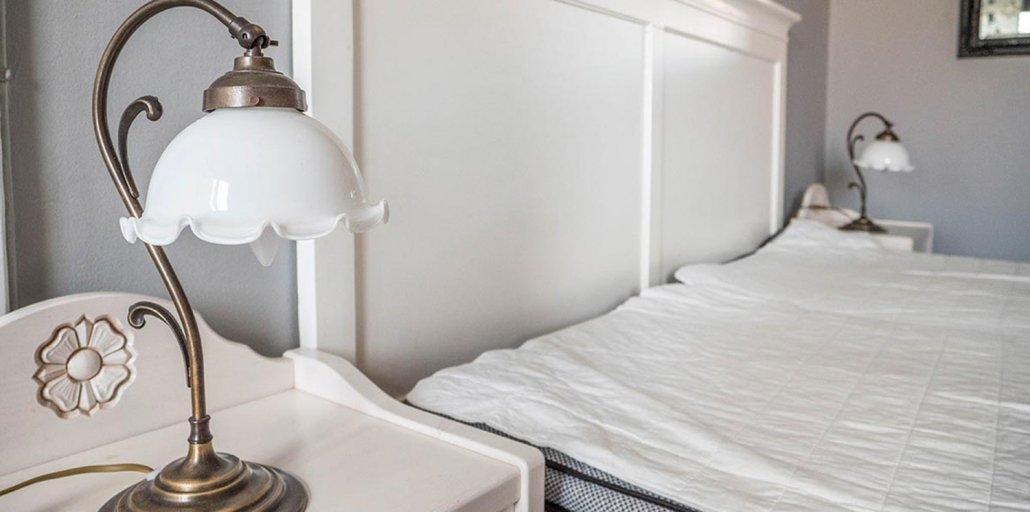 Dubbelrum sänggavel och gammal lampa - Vandrarhemmet Tärnan Tibro Skövde